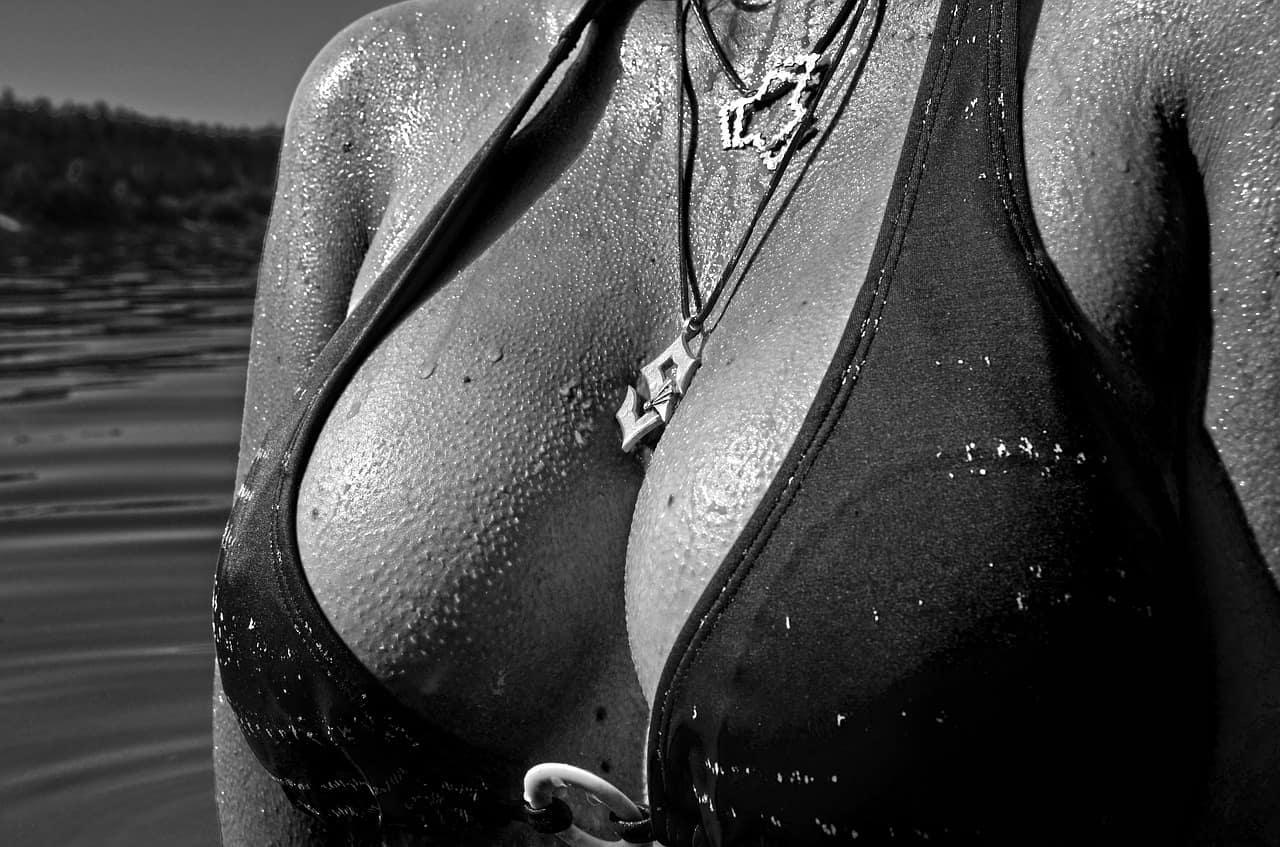 אישה אם חזייה