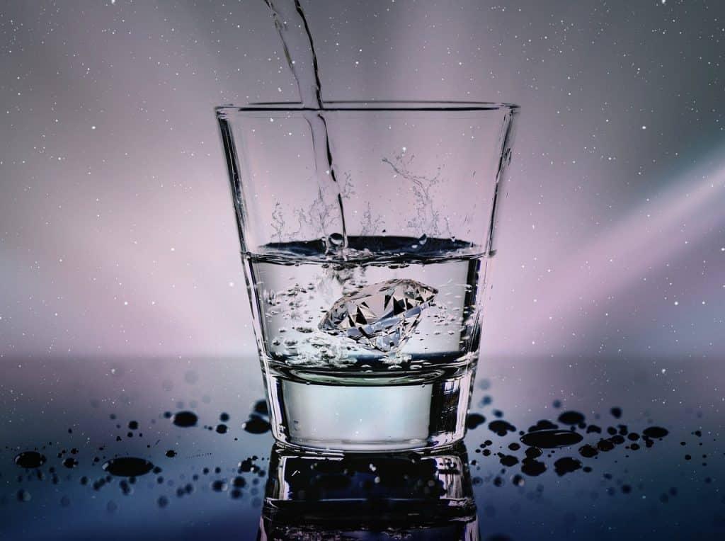 יהלום בכוס מים